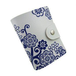 Baltas kortelių dėklas