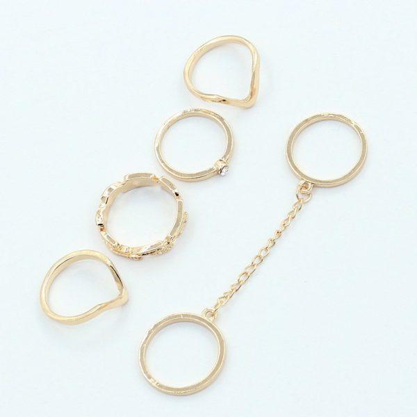 Aukso spalvos įvairių stilių ir formų žiedų rinkinys