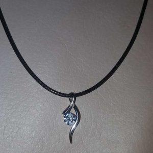 Sidabrinis kaklo papuošalas pakabutis su elegantišku kristalu