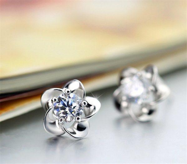 Elegantiški klasikinių formų auskarai su cirkoniu