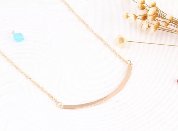 Aukso spalvos, kelių sluoksnių kaklo papuošalas