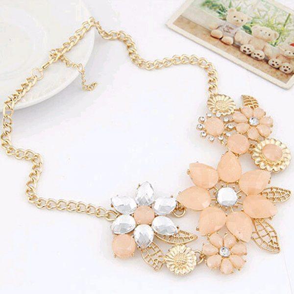 Gėlių žiedų imitacijomis dekoruotas kaklo papuošalas