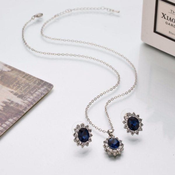 Papuošalų rinkinys su mėlynais kristalais