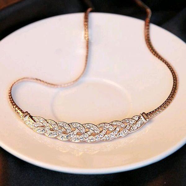 Pynės formos kaklo papuošalas su kristalais