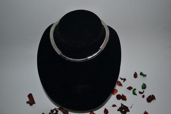 Sidabro spalvos kaklo koljė