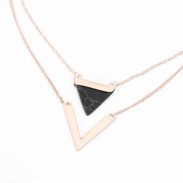 Šiuolaikiškas, trikampio formos kaklo papuošalas