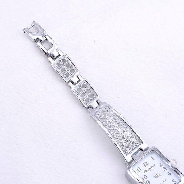 Minimalistinis, sidabro spalvos laikrodis