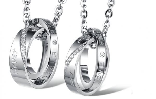 Elegantiškų kaklo papuošalų rinkiniai poroms